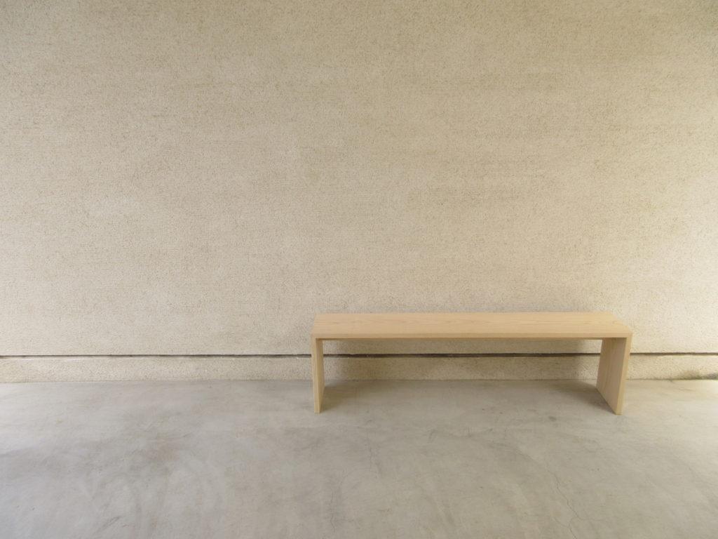 シンプルなベンチ