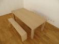 シンプルなダイニングテーブル